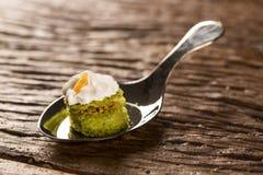 Mini torta desnuda del jugo de limón rellena con la jalea del cupuaçu, almendra garapiñada del merengue nuts y suizo en una cuch Fotografía de archivo libre de regalías