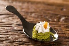Mini torta desnuda del jugo de limón rellena con la jalea del cupuaçu, almendra garapiñada del merengue nuts y suizo en una cuch Imagen de archivo libre de regalías