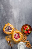 Mini torta di Crubmle con le bacche fotografia stock libera da diritti