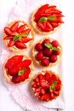 Mini tortas de la fresa y del queso cremoso en la tabla fotos de archivo