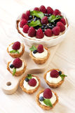 Mini-tortas frescas deliciosas de las bayas Fotos de archivo libres de regalías