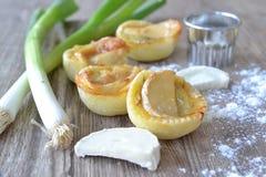 Mini tortas puerro y el queso de cabra Imagen de archivo