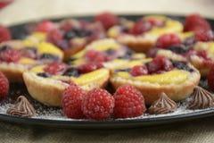 Mini tortas Tartas de la fruta con las bayas frescas dulces imágenes de archivo libres de regalías