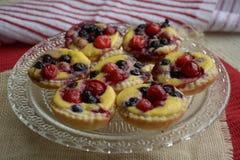 Mini tortas Tartas de la fruta con las bayas frescas dulces foto de archivo libre de regalías