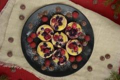 Mini tortas Tartas de la fruta con las bayas frescas dulces fotografía de archivo