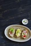 Mini tostada con queso, el pepino, el rábano, los tomates y el huevo Fotos de archivo
