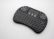 Mini- trådlöst tangentbord med spårblocket som isoleras på den vita backgrouen royaltyfri fotografi