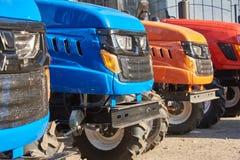 Mini tracteurs pour le travail agricole dans de petites fermes photos libres de droits