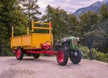 Mini- traktor och trailor Arkivbild
