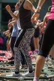 Mini Trampoline Workout: Flickor som gör kondition, övar i utomhus- grupp på idrottshallen Royaltyfria Bilder
