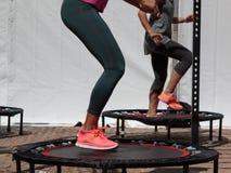 Mini Trampoline Workout: Ragazza che fa esercizio di forma fisica nella classe a fotografia stock libera da diritti