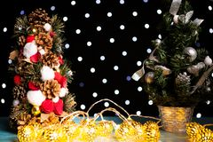 Mini tre de la Navidad en luz festiva del bokeh Fotos de archivo