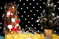 Mini tre de Noël sur la lumière de fête de bokeh Photos stock