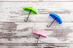 Mini Umbrellas colorido en el fondo de madera blanco fotografía de archivo libre de regalías