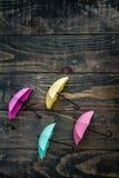 Mini Umbrellas colorido en fondo de madera azul fotos de archivo