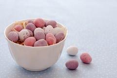 Mini uova del cioccolato in una ciotola Fotografie Stock Libere da Diritti