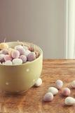 Mini uova del cioccolato in una ciotola Fotografia Stock