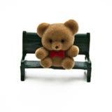 Mini urso no banco imagem de stock