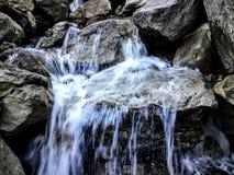 Mini- vattenfall längs BlackStar kanjonström Arkivbild