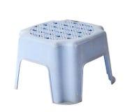 Mini vecchio panchetto di plastica blu isolato su bianco Fotografie Stock Libere da Diritti