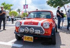 Mini viejo en una exposición de los coches del vintage parqueó cerca de la alameda grande de Regba Foto de archivo