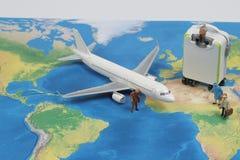 Mini voyageur avec le concept d'avion, de voyage et d'affaires image libre de droits