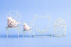 Mini Wrought Iron Chairs decorativo do rosa e o branco Imagens de Stock Royalty Free
