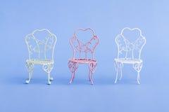 Mini Wrought Iron Chairs decorativo do rosa e o branco Foto de Stock Royalty Free