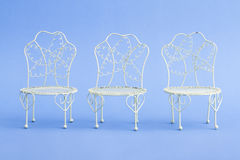 Mini Wrought Iron Chairs decorativo do rosa e o branco Fotografia de Stock Royalty Free