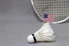 Mini Zlany stan Ameryka flagi kij na białym shuttlecock na popielatym tle za ostrości badminton kancie i fotografia royalty free