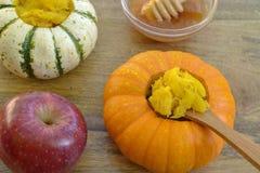 Mini-zucche farcite prima colazione con miele Immagine Stock