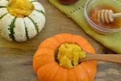 Mini-zucche farcite prima colazione con miele Fotografia Stock