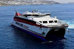 Minian zeichnet Hochgeschwindigkeitsfähre Santorini-Palast, der vor Ankern sich dreht stockfoto