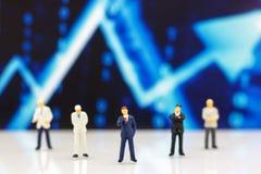 Miniatrue ludzie: Biznesmen patrzeje wykres pojęcie b obrazy royalty free