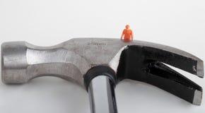 Miniatur einer Arbeitskraft mit Hammer Lizenzfreies Stockfoto