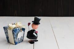 Miniatur im männlichen Modell der Liebe mit Geschenk Stockfotos