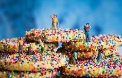 Miniatur postacie Grać w golfa dalej Kropią ciastka Zdjęcie Royalty Free