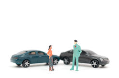 Miniatur postacie ludzie i wypadek samochodowy fotografia stock