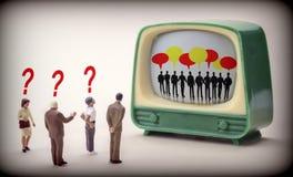 Miniatur postacie ludzie Ogląda A Tv, sylwetki ludzie Myśleć, Digital Obraz Royalty Free