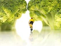Miniatur postacie na rowerze w lesie Fotografia Stock