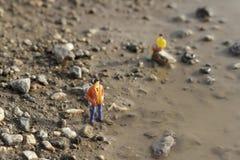 Miniatur postacie na ziemi Zdjęcia Stock
