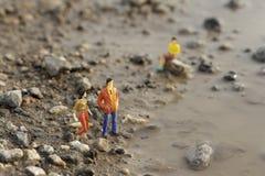 Miniatur postacie na ziemi Zdjęcia Royalty Free
