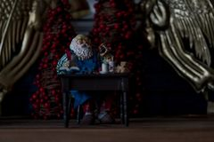 Miniatur-Santa Claus-Figürchen lizenzfreie stockbilder