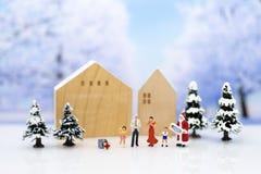 Miniatur-Santa Claus und Kinderglückliches Gefühl am Weihnachtstag, Geschenk für jeder stockfotografie