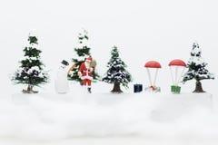 Miniatur-Santa Claus- und Schneemann machen glückliche Stunde für Kinder am Weihnachtstag stockfotografie