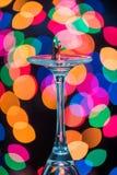 Miniatur stellt Gesellschaftstänze auf Wein-Gläsern dar Stockfotografie