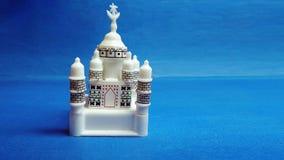 Miniatur-Taj Mahal auf blauem Hintergrund stockfotos