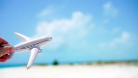 Miniatura branca pequena de um brinquedo do avião no fundo do mar de turquesa video estoque