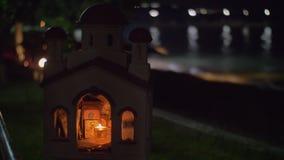 Miniatura da igreja ortodoxa grega em mar-dianteiro na noite video estoque
