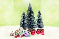 Miniatura de árvores de Natal com presentes coloridos Imagens de Stock Royalty Free